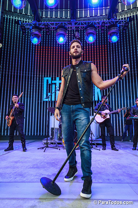 Gabriel-Coronel-Performs-at-2014-Descarga-Universal-City-Wal-140824_DA_6090